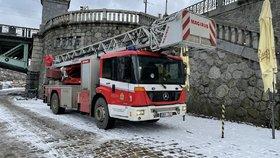 Téměř dva tisíce požárů, tisíc nehod a přes 1 500 zachráněných: Pražští hasiči měli loni plno práce
