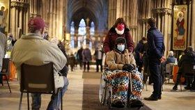 Nemocnice, lékárny a obří centra nestačí: V Británii očkují i v gotických katedrálách