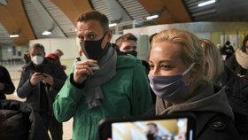 """Navalného po příletu zavřeli: Putina označil za """"dědu v bunkru"""", soud začal na stanici"""