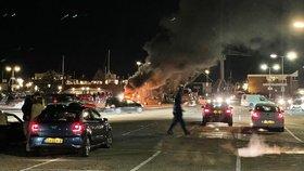 Mládež nesouhlasila s lockdownem, zapálila testovací centrum. Po policii házela kamení