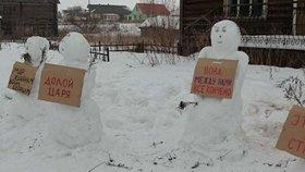 Proti Putinovi protestují už i sněhuláci. Policie zasáhla, přišli o transparenty