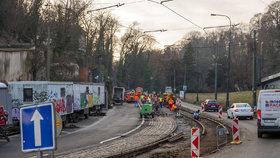 Z Hradčanské na Malostranskou jedině metrem. Do konce února se opravuje tramvajová trať