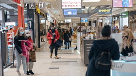 Polsko uvolňuje, Češi tam míří na nákup i lyže. Otevřou hotely, hospody rebelují