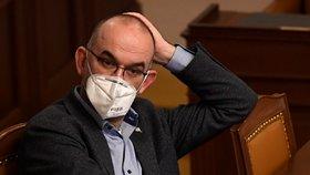 Až milionové pokuty a moc do rukou Blatného i hygien. Jak vypadá pandemický zákon?