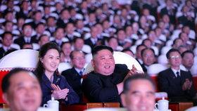 Kimova manželka po roce na veřejnosti: S diktátorem v divadle. Po izolaci kvůli covidu?
