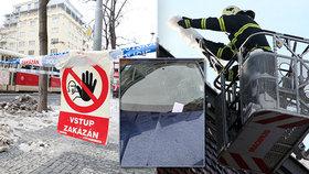 Zničená auta a naštvaní majitelé: Tající sníh a led ze střech padá a komplikuje Pražanům život