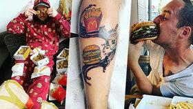 Věrný fanoušek McDonald's jí ve fast foodu každý den. David si nechal logo firmy vytetovat na nohu!