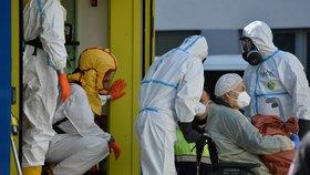 Šíření covidu v Česku zpomaluje: 8763 nových případů. Kde se virus šíří nejvíc?