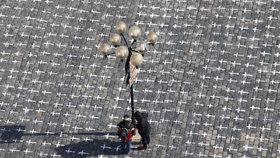 25 tisíc křížů za 25 tisíc životů: Staroměstské náměstí se změnilo v památník obětem covidu-19