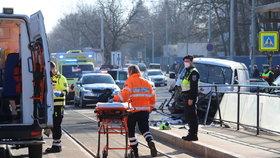 Šílená nehoda u střešovické nemocnice! Dodávka najela do lidí, šest zraněných