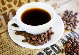 Američan Dave Asprey se pití kávy s máslem a kapkou kokosového oleje naučil od Tibeťanů.