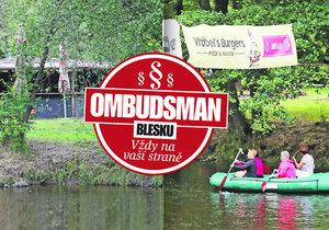 Na Vltavě poblíž Větřního kvete podivná živnost a úřady váhají: Marný boj s podnikavým parazitem!