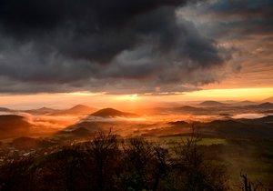 Lužické hory: V CHKO oslní Zlatý vrch s kamennými varhanami