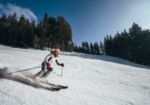 Šumavský Špičák otevírá: Sníh je technický, celodenní lyžovačka za 680 korun