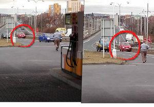 Řidič auto na benzince v Chomutově nezabrzdil a to se rozjelo do svodidel.