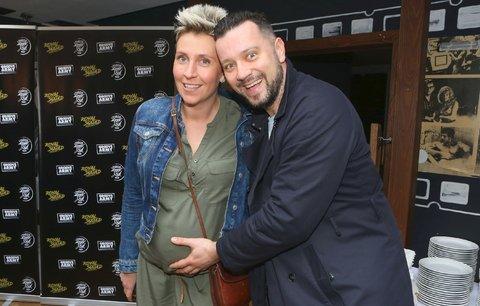 Moderátor Divošek Kavalčík kyne s těhotnou partnerkou! 9 kilo nahoře