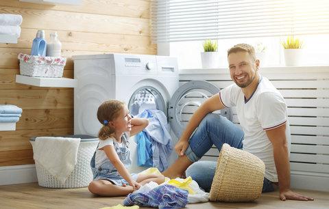 Muži doma pomáhají čtyři hodiny týdně, říkají výzkumy. Stačí to?