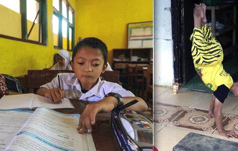 Malý hrdina! Hendikepovaný chlapec (8) chodí každý den do školy tři kilometry po rukou