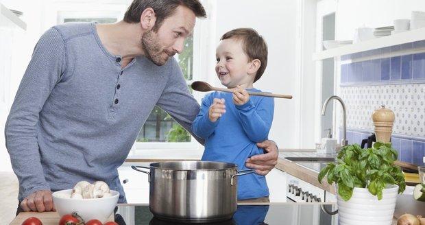Nechte své děti pomáhat při vaření.