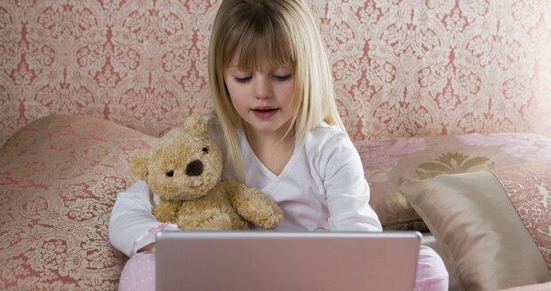 Řada dětí ovládá už v jednom roce počítač, tablet či telefon lépe, než jejich prarodiče