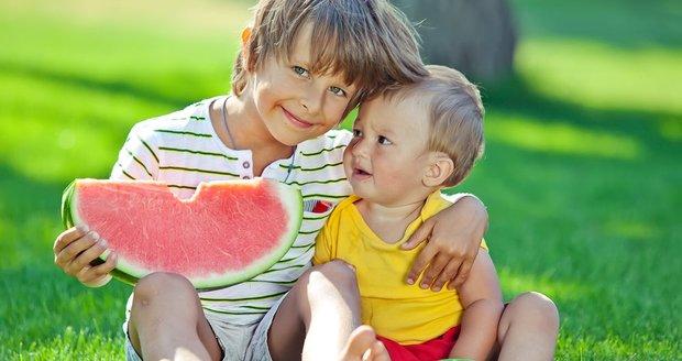 Na dětskou zácpu nejlépe zabírá dostatek tekutin, hodně zeleniny a klidný přístup. Pokud je dítě v napětí, potíže se zhoršují.