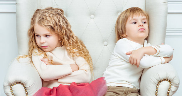 Hádky mezi sourozenci jsou normální. Ale je dobré, když je rodiče učí, jak konflikty zvládat