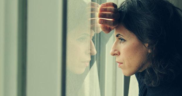 Mezi příznaky zamlklého těhotenství patří silnější bolesti v podbřišku, špinění, krvácení, ale mnohdy je zcela bez příznaků