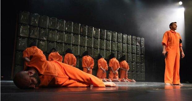 Vězni mají oranžové mundúry po vzorů zajatců Islámského státu.