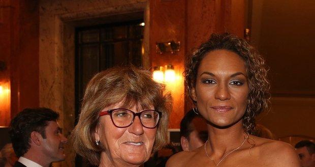 Moderátorka Lejla Abbasová s maminkou