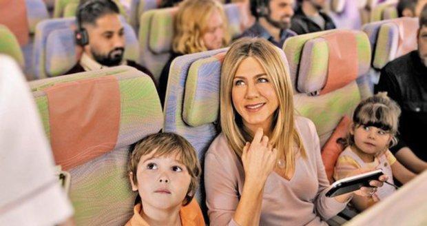 Herečka Jennifer Aniston hraje v reklamě na leteckou společnost. Sama děti nemá.