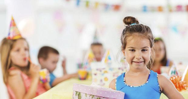 Rozbalování dárků prý narušuje narozeninové oslavy.