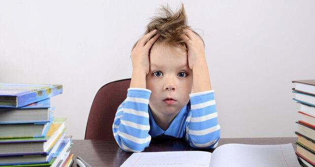 Studie prokázala, že žákům domácí úkoly neprospívají. Místo nich si budou s rodiči číst.
