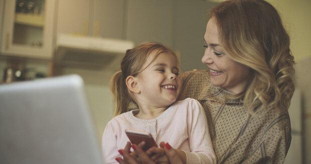 Matkou malého dítěte po čtyřicítce? Ano, ale berete na sebe i dost nečekaných starostí.