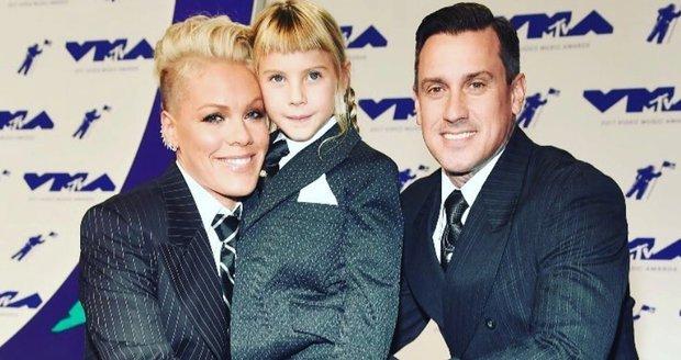 Ani kluk, ani holka. Zpěvačka Pink vychovává dceru bezpohlavně. Není jediná!