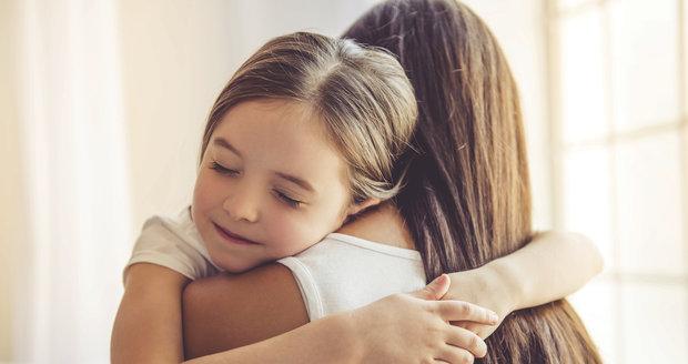 Objímání dětí je velice důležité pro jejich pozdější vývoj, zjistili vědci.