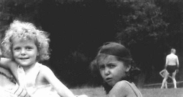 1949: Se sestrou Evelyn, která šla za rok do školy.