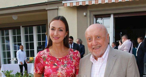Zarostlý Felix Slováček a Lucie Gelemová