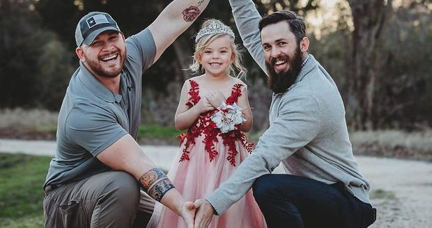 Jedna dcera, dva tátové, ale partneři to nejsou. Co je tohle za příběh?
