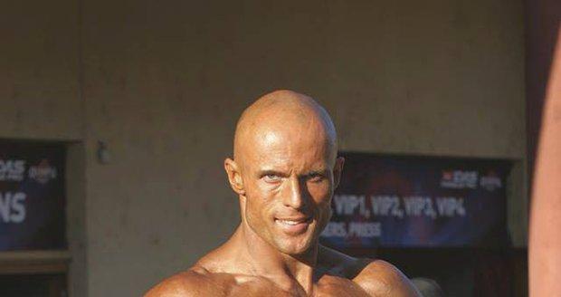 Pracoval jako fitness trenér.