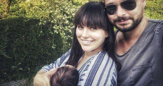 Ewa Farna se po měsíci pochlubila fotkou s muži svého života - synem Arturem a manželem Martinem