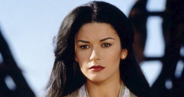 V roce 1998 natočila temperamentní herečka film Zorro: Tajemná tvář, kde předvedla, že umí zacházet i s mečem. Kromě toho je tady tak moc sexy, že se mužům až podlamují kolena. Během třítýdenního výcviku se naučila herečka jezdit i na koni.