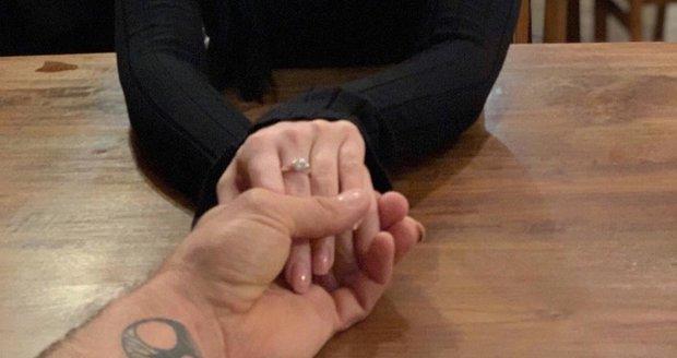 Andrea Pomeje se drží za ruku s přítelem Petrem Plačkem a chlubí se prstenem