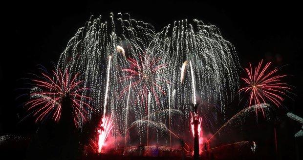 Novoroční ohňostroje každoročně s úžasem pozorují tisíce lidí v ulicích Prahy. Takto vypadal v roce 2018.