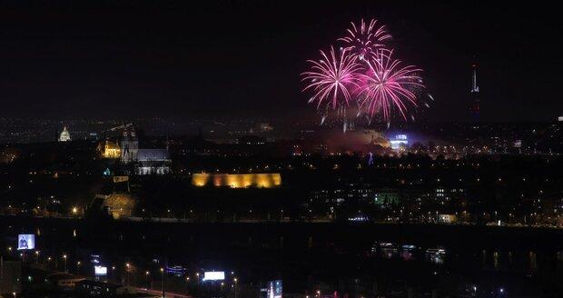 Pražanům se tajil dech při novoročním ohňostroji. Světelnou show doprovodily zejména písně Karla Gotta.