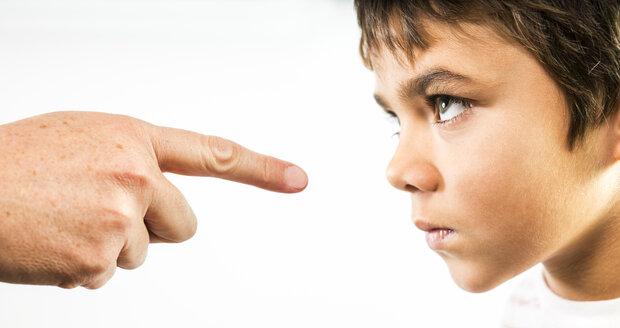 Jste rodič policajt? Pozor, autoritářská výchova dítě poznamená na celý život!