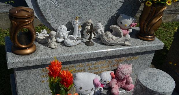 Hroby Moniky (†36) a Klárky (†8) Kramných byly i v den 7. výročí jejich smrti opečovávány.