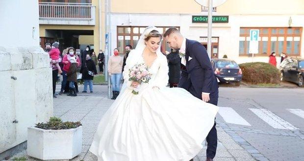 Nevěstu Dominiku Starou potrápil vítr.