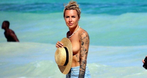 Autorka předlohy k erotickému filmu 365 dní Blanka Lipińská na pláži nahoře bez