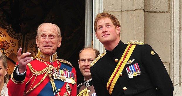 Uniformovaný princ Harry s dědečkem Philipem