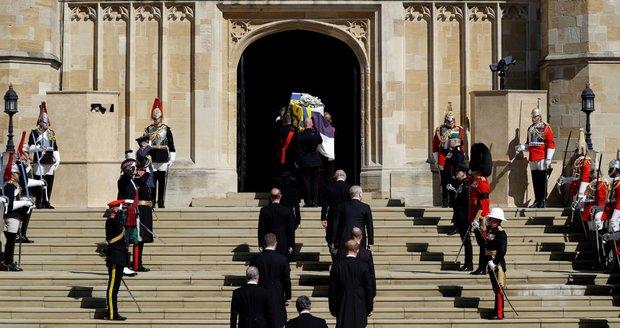 Truchlící a rakev s princem Philipem vchází do kaple svatého Jiřího.